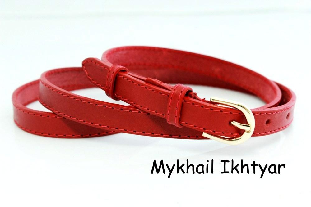 Женский узкий ремень красного цвета