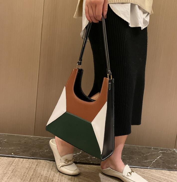 Модная сумка с замшевыми вставками и геометрическим дизайном