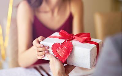 Почему женщины любят подарки?