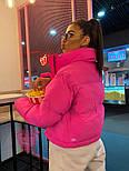 Женская короткая светоотражающая куртка розовая с воротником стойкой 7101260, фото 4