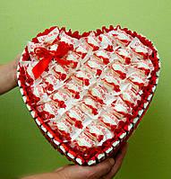 Съедобный подарок из конфет и шоколадок. Вкусный подарок в форме сердца большой