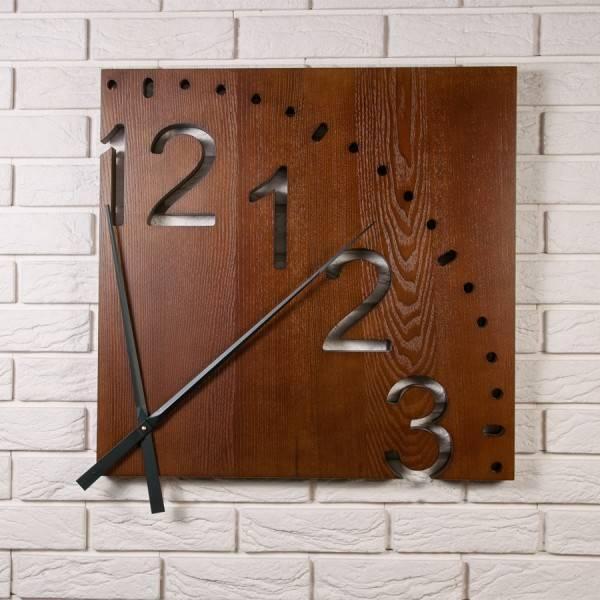 Настенные квадратные часы из дерева в стиле модерн показывают четверть циферблата Ольха