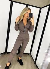 Женский комбинезон с воротником-стойкой в спортивном стиле с карманами бежевый, фото 2