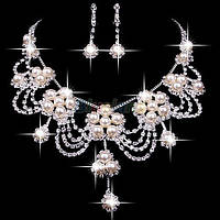 Изящный свадебный комплект бижутерии для невесты, колье и сережки с жемчугом и стразами.