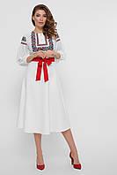 Женское платье с красным поясом и орнаментом
