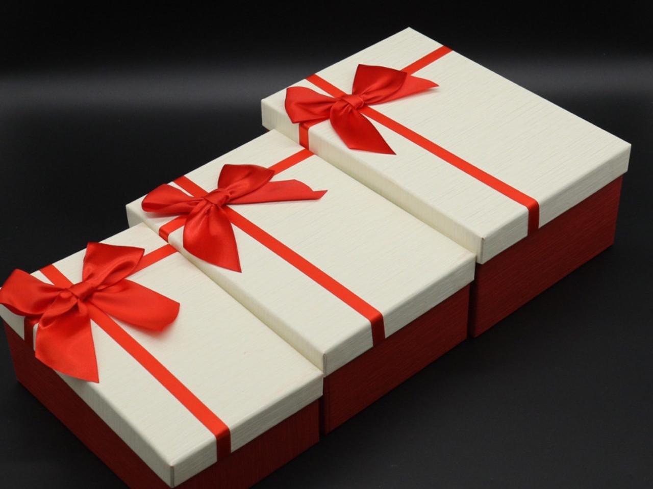 Коробка подарочная. Три шт/комплект. Цвет бело-красный. 23х16х10см.