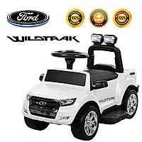 Детский толокар/электромобиль Ford с подставкой для ног багажником  и съемной спинкой.