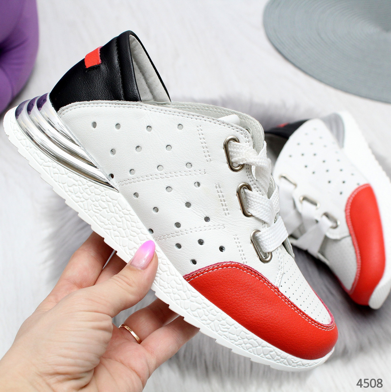 Женские белые кожаные кроссовки с перфорацией с красном носком