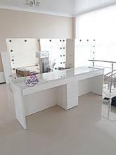 Широкий стол для визажиста со стеклом на столешнице на два рабочих места с фасадами МДФ, цвет белый