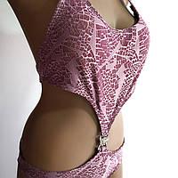 Розовый купальник слитный с разрезами