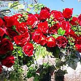 Кущ в'ється червоної троянди штучною., фото 2