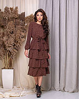 Женское расклешенное платье в горошек украшено рюшами миди длина