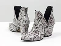 """Женские стильные туфли-ботинки из натуральной итальянской кожи с текстурой """"питон"""" бело-серого цвета"""