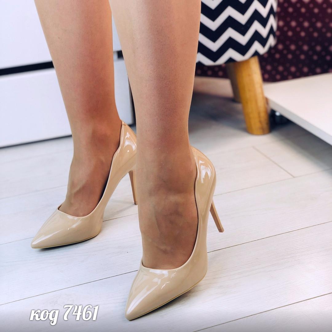 Женские лаковые  фигурные туфли лодочки на шпильке с заостренным носком бежевые