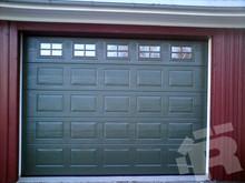 """Филенчатые секционные ворота выглядят как плитка шоколада. В ворота Ритерна """"Филенка"""" можно подобрать органично вписывающиеся окна"""