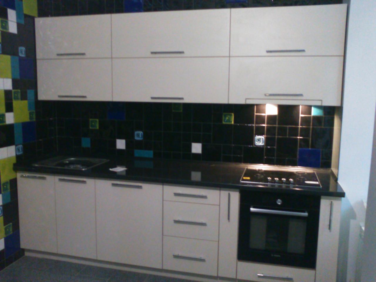 Белая кухня с черной столешницой