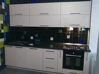 Белая кухня с черной столешницой, фото 1