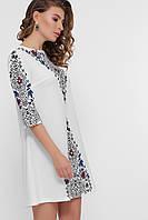 Полуприталенное платье белого цвета с орнаментом и рукавами три четверти