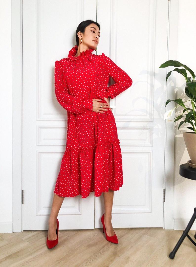 Женское стильное красное платье в горошек