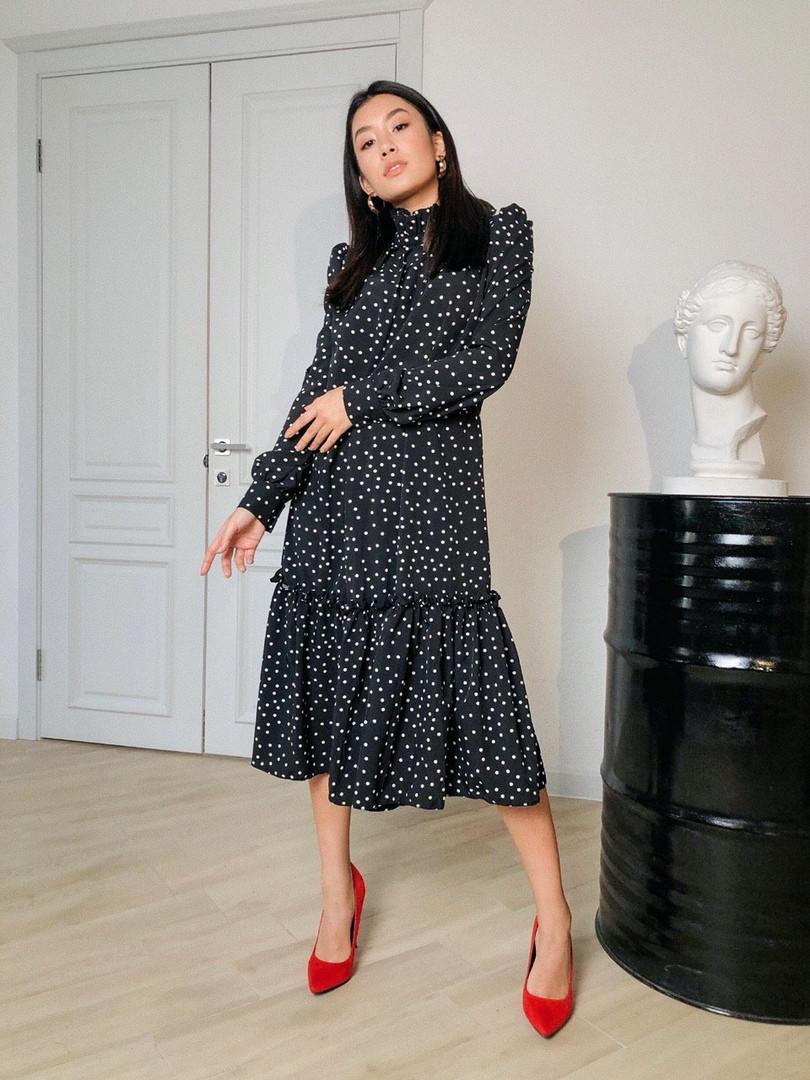 Женское стильное черное платье-миди в горошек