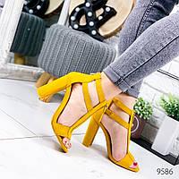 Женские босоножки с замочком на пятке на высоком каблуке замшевые желтые