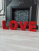 Літери LOVE вкриті червоними трояндами - декор для весілля, фотозони