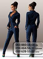 Элегантный женский брючный костюм по фигуре темно-синий