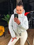 Лаковая женская куртка бомбер короткая с капюшоном vN6779, фото 2