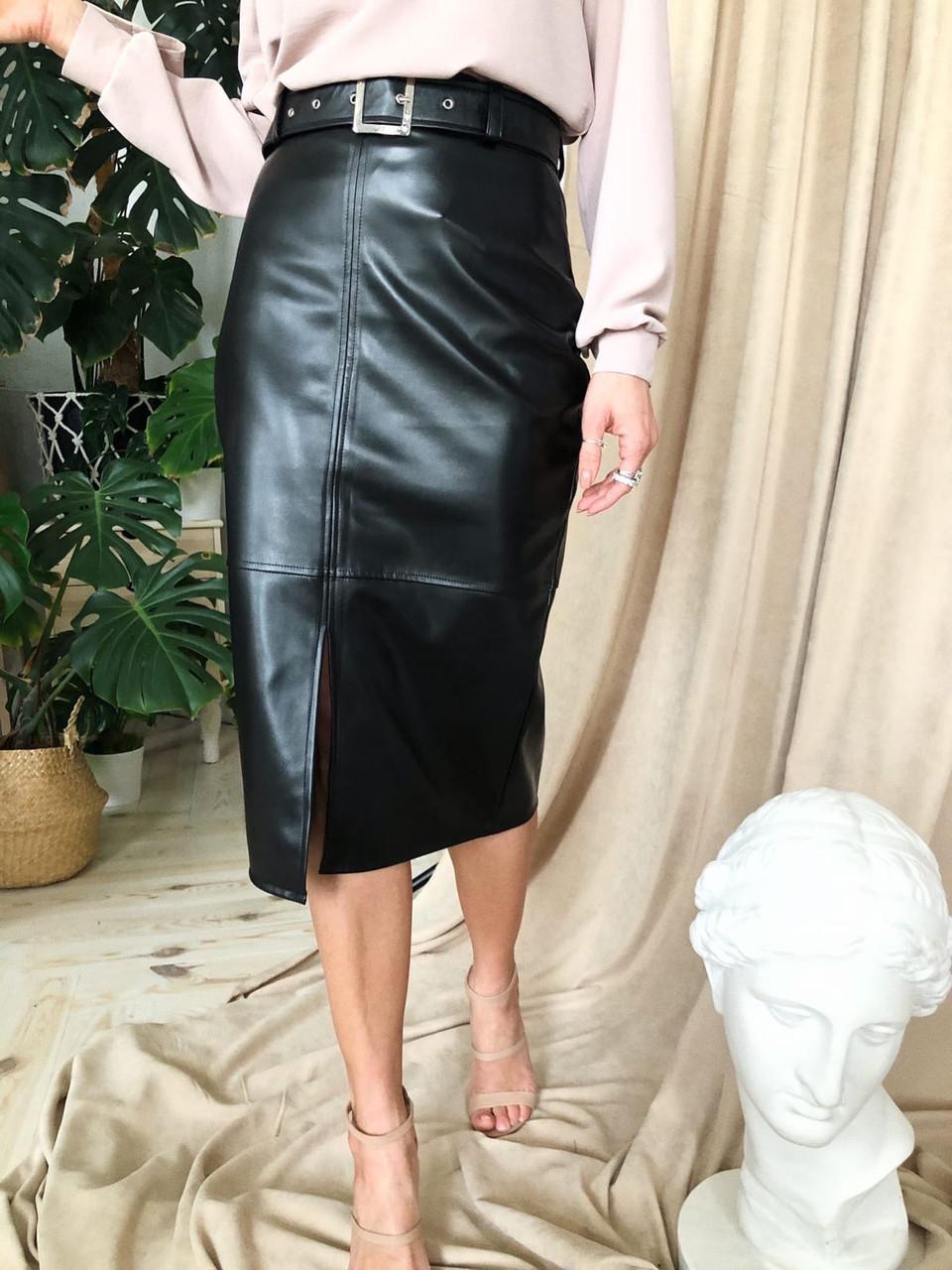 Черная женская юбка - карандаш кожаная с поясом и разрезом спереди vN6812