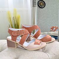 Женские замшевые босоножки на невысоком устойчивом каблуке, цвет пудра