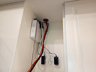 Отверстие в мебели - кратчайший путь для подключения компонентов караоке, телевизора и акустической системы