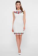 Короткое белое платье без рукавов и вышивкой по краям
