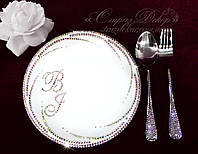 Фарфоровая тарелочка (19см) в стразах с инициалами и приборы для десерта, фото 1