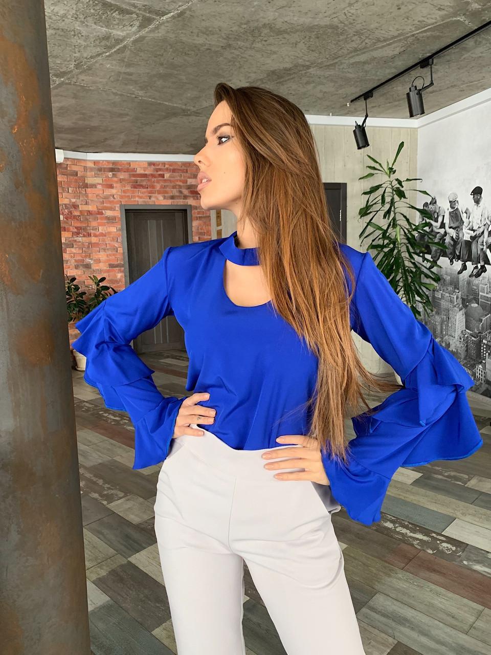 Женская блуза с рюшами на рукавах и вырезом каплей на груди 65rz329