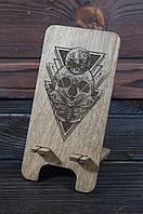 """Деревянная подставка для смартфона, телефона с гравировкой """"Череп"""""""