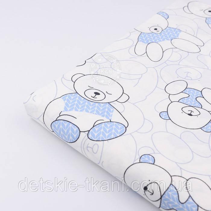 """Лоскут сатина """"Мишка в голубом свитере"""" на белом с оттенком айвори № 2317с, размер 29*80 см"""