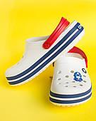 Кроксы медицинские Сrocsband белые с красным ремешком, синие полоски