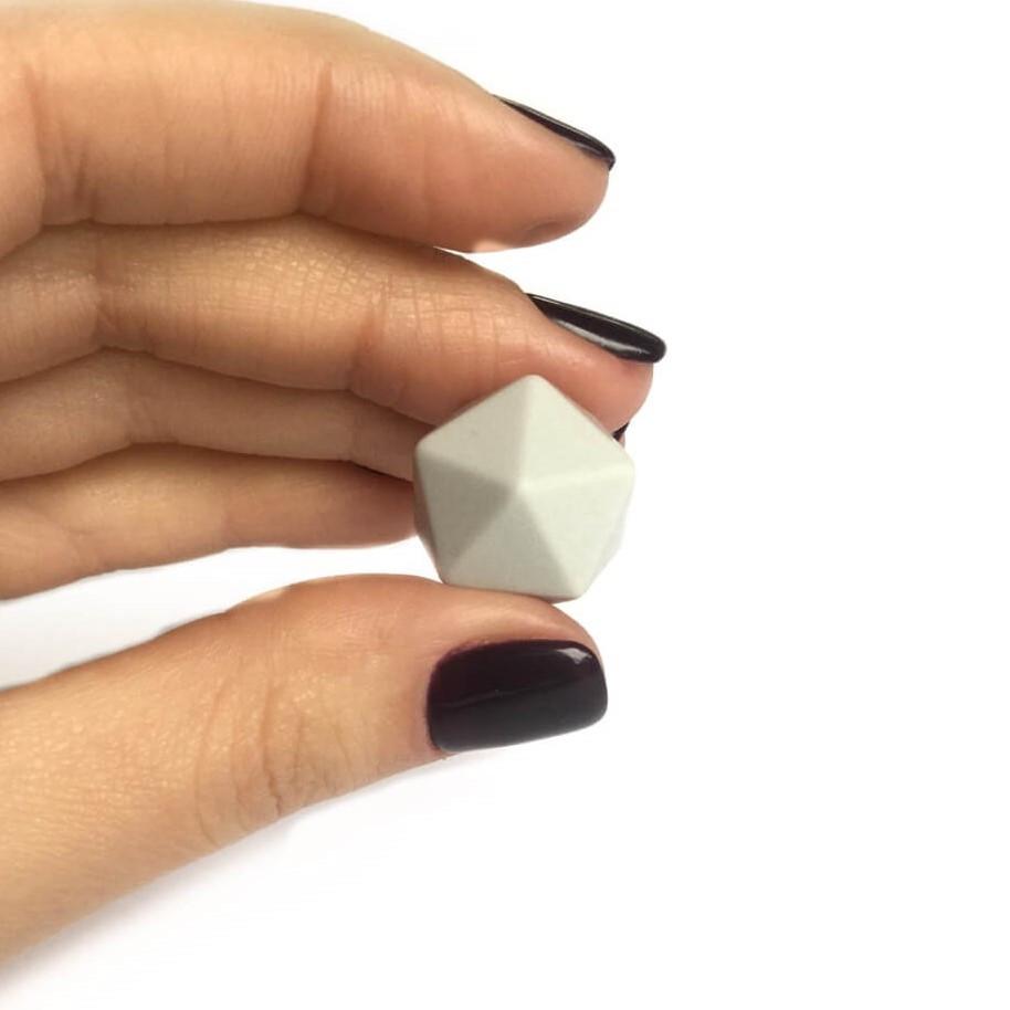 Средний икосаэдр (светло-серый) 17мм, силиконовая бусина