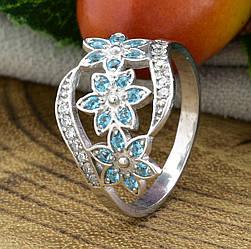 Серебряное кольцо Цветочный букет вставка голубые фианиты вес 2.35 г размер 17