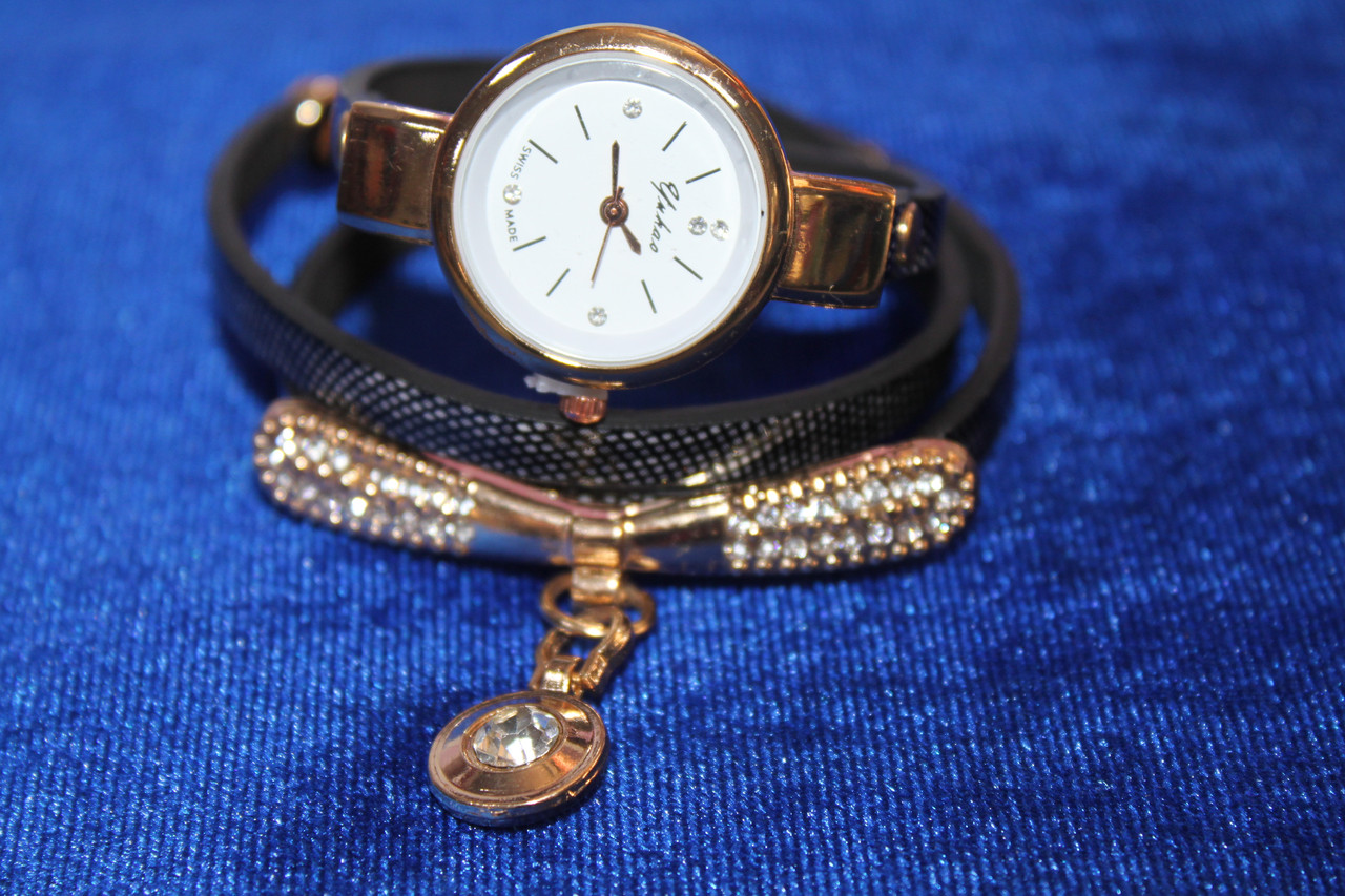Женские часы намотка на черном ремешке