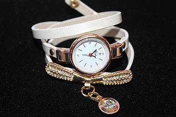 Красивые часы на длинном белом ремешке с декоративным элементом с камнями