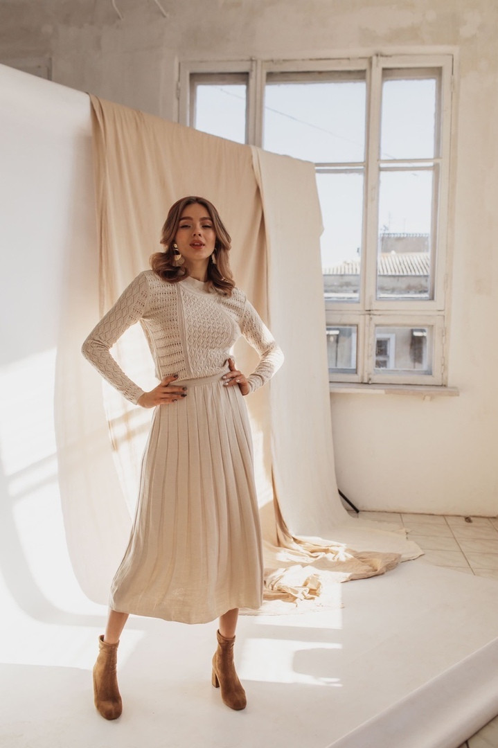Женское стильное бежевое платье-миди