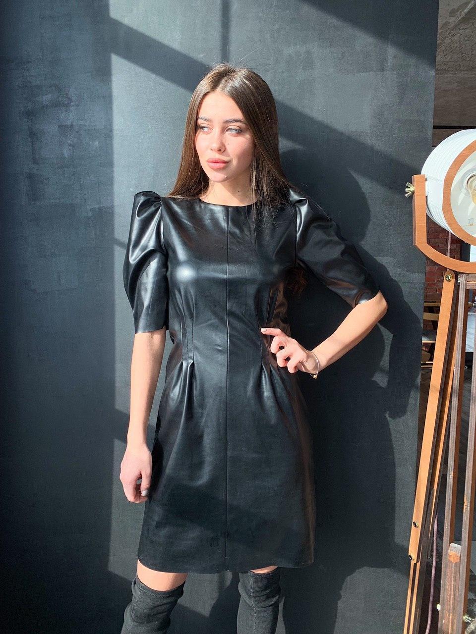 Коротке чорне шкіряне плаття з рукавами ліхтарик