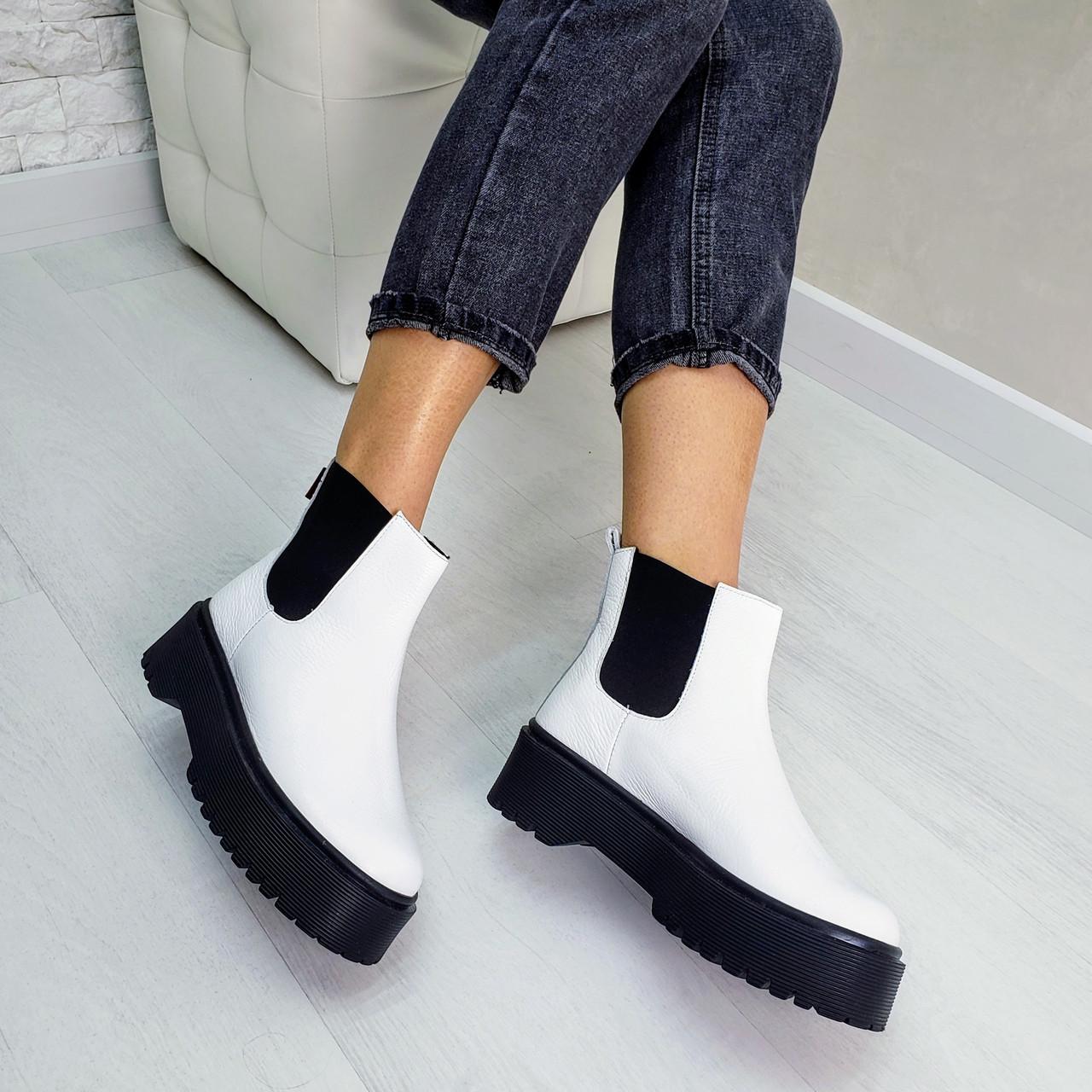 Женские демисезонные ботинки из натуральной кожи белого цвета