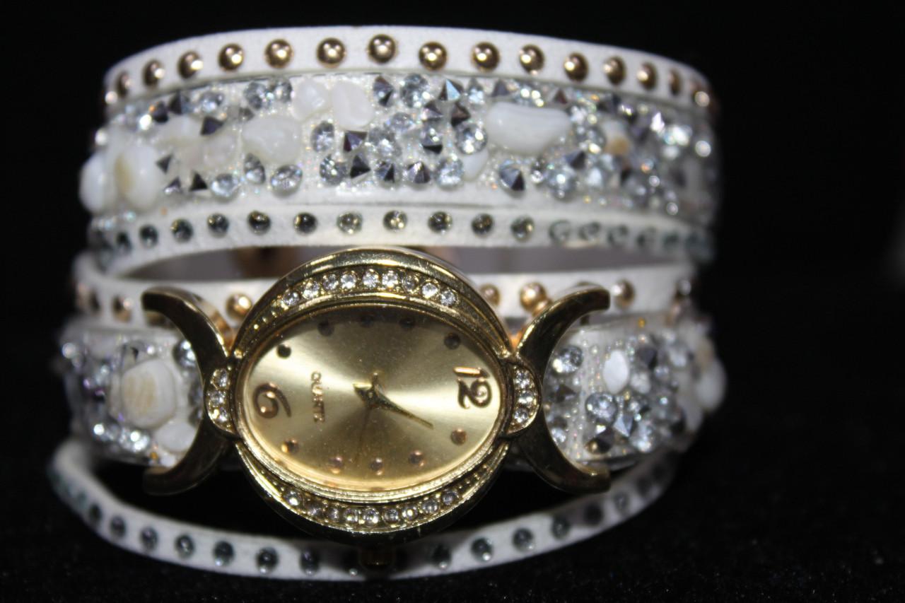Изысканные золотистые часы на длинном ремешке с камнями