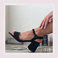 Женские босоножки на маленьком устойчивом каблуке, черная замша, с камнями.