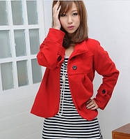 Короткое женское пальто красного цвета с воротником-стоечкой и планками на груди