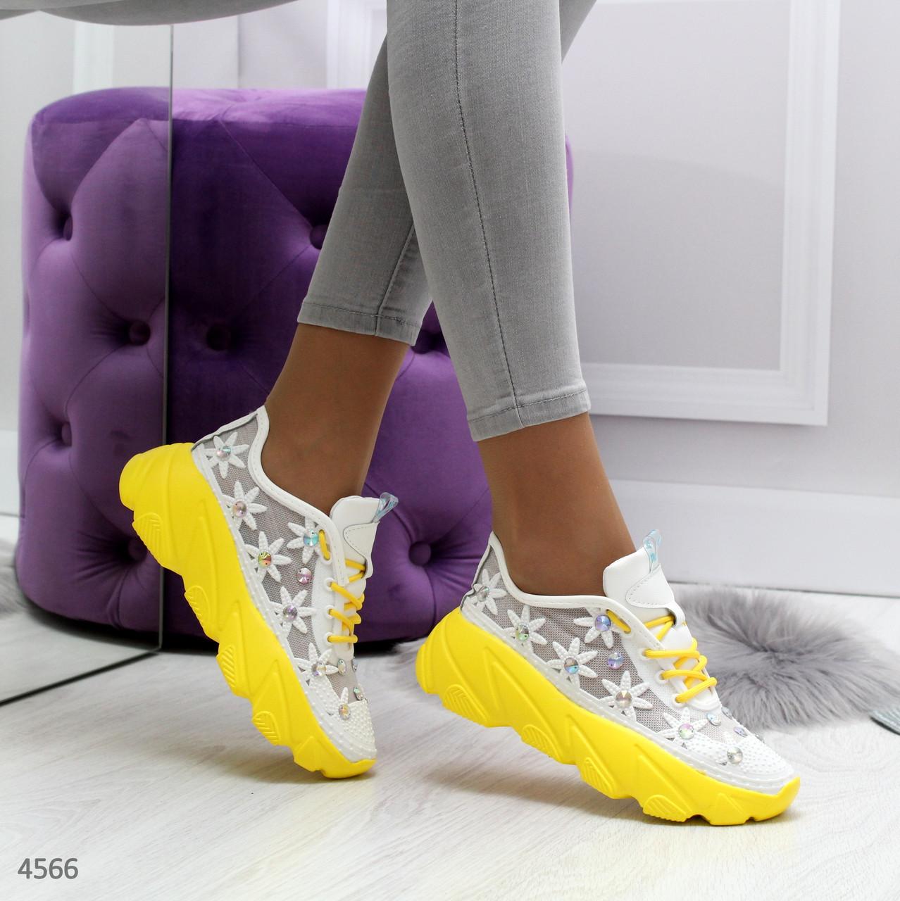 Летние женские кроссовки сеткой с камнями белые и цветами на желтой платформе Sandy