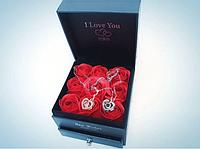 Набор I Love You: Подарочная шкатулка с мыло-роза ручной работы; Кулон I Love You на 100 языках мира