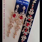 """Комплект удлиненные вечерние серьги"""" под золото"""" с  красными камнями и браслет, высота 12 см., фото 2"""